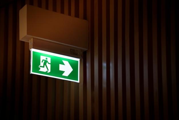 Construcción de salida de emergencia con señal de salida Foto Premium