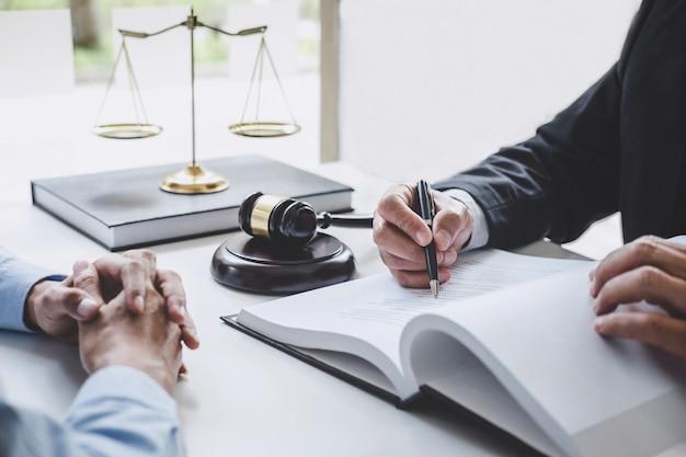 Consulta de abogados y mujeres de negocios trabajando y discutiendo en un bufete de abogados Foto Premium