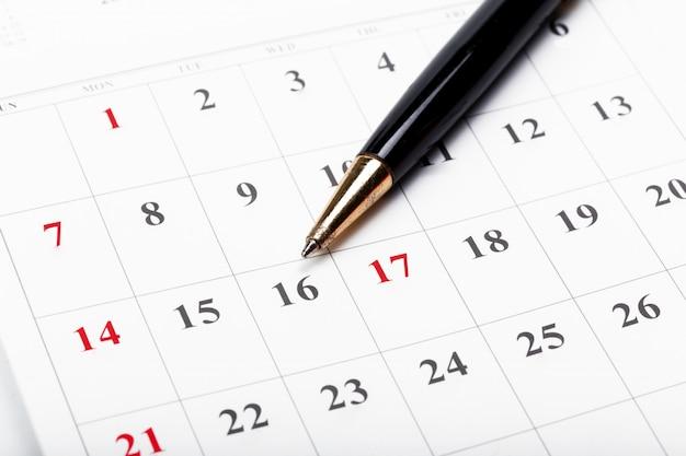 Consulte las fechas en un concepto de calendario comercial Foto Premium