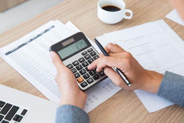 contabilidad de escritorio finanzas papel utilizando Foto Gratis