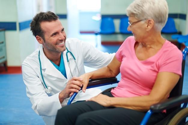 El contacto con el paciente es muy importante para crear un pensamiento positivo. Foto gratis