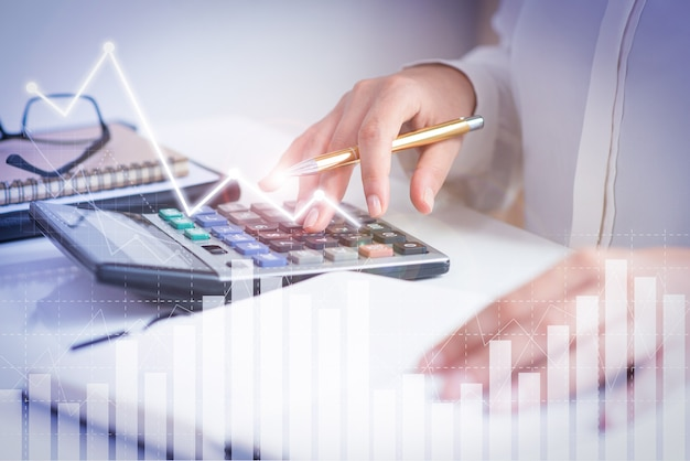 Contador calculando ganancias con gráficas de análisis financiero Foto gratis