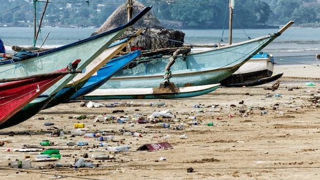 Contaminación del agua con basura plástica Foto Premium