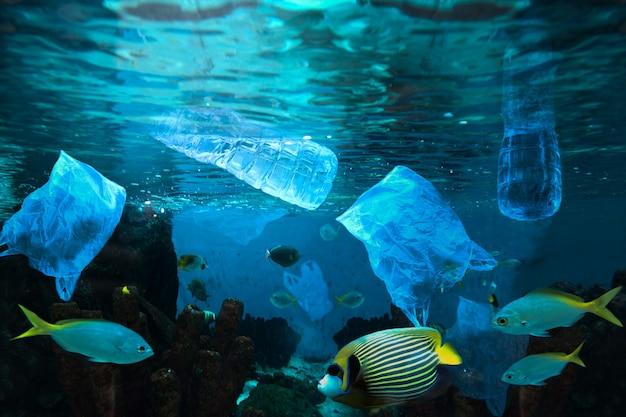 Contaminación ambiental de botella plástica de agua en el océano. Foto Premium