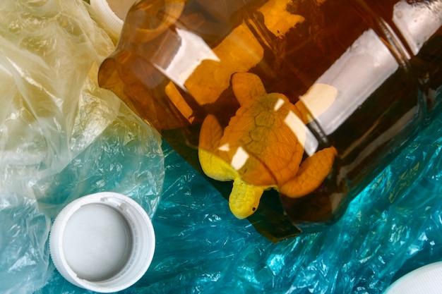 Contaminación plástica en el problema del océano. bolsa de plástico de tortuga marina. situación ecológica cero desperdicio Foto Premium