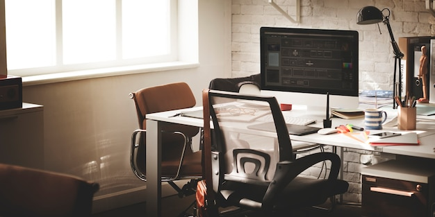 Contemporáneo lugar de trabajo lugar oficina suministros concepto Foto gratis