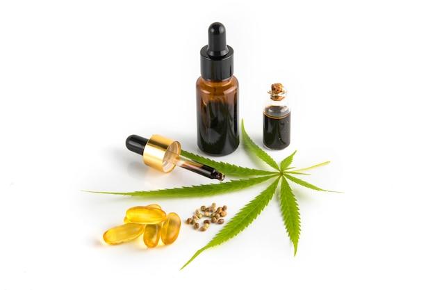 Contenedor de aceite esencial de cannabis con hojas de cannabis y semillas de cannabis. Foto Premium