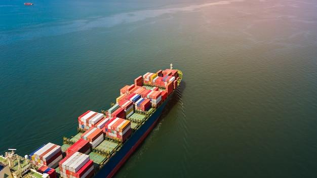 Contenedor de carga negocio internacional de importación y exportación de productos de consumo mar abierto Foto Premium