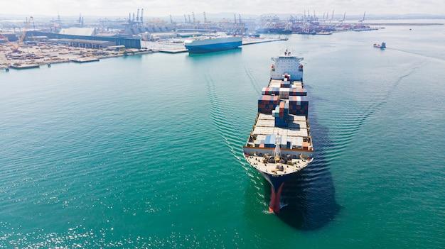 Contenedor de carga en el puerto de la fábrica en el polígono industrial para importación y exportación en todo el mundo Foto Premium