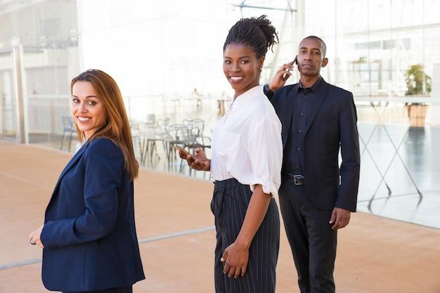 Contenido emprendedor multiétnico gente de negocios en el lobby. Foto gratis