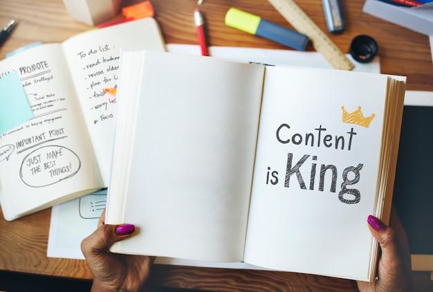 El contenido es rey escrito en un libro Foto Premium