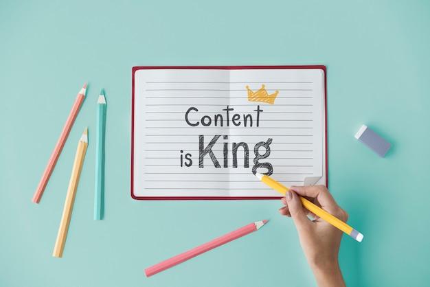 Contenido de escritura a mano es rey en un cuaderno Foto Premium