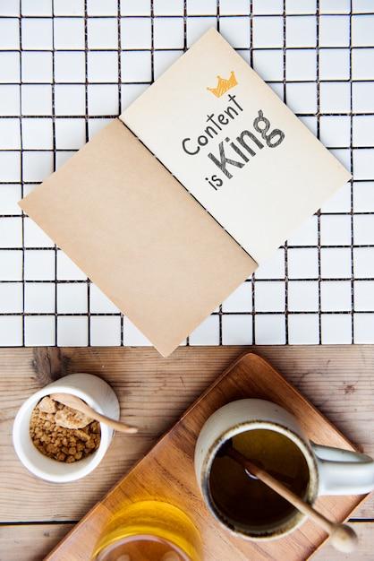 El contenido de la frase es el rey en un cuaderno Foto Premium