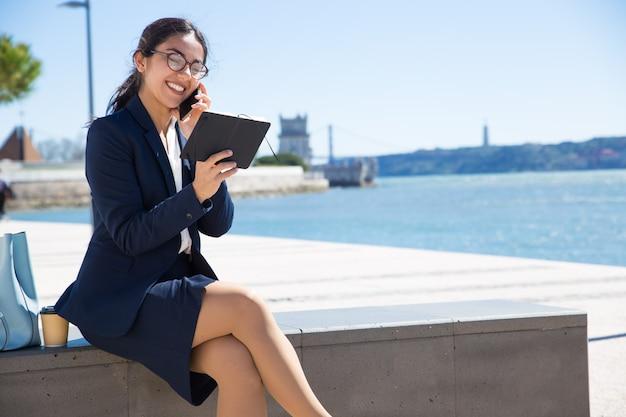 Contento feliz consultor de negocios hablando con el cliente Foto gratis