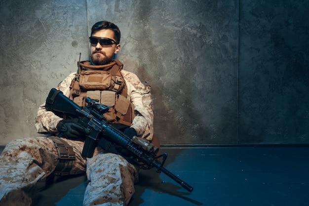 Contratista militar privado estadounidense con rifle. Foto Premium