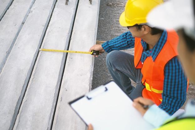 Los contratistas verifican y verifican el tamaño de la pila. Foto Premium