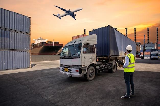 Control de capataz cargando contenedores caja a camión Foto Premium