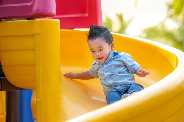 Control deslizante de juego de niño asiático Foto Premium