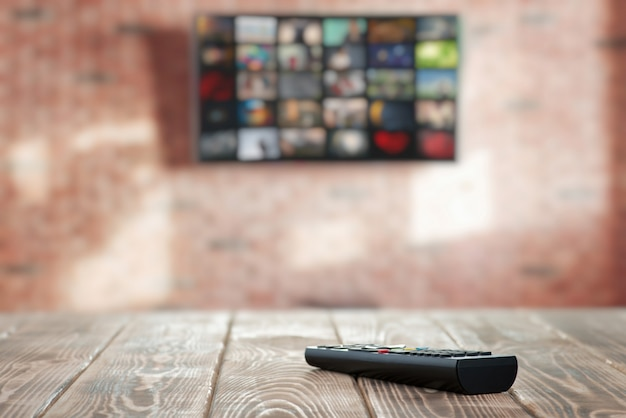 Control remoto de tv en primer plano de la mesa Foto Premium