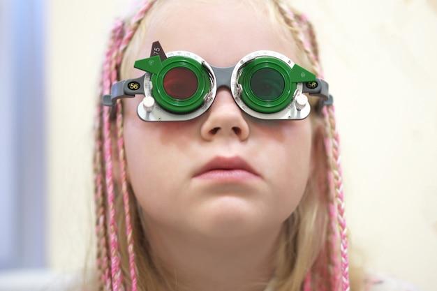 Control de la vista. niña caucásica que tiene discapacidad visual. tratamiento médico y rehabilitación. Foto Premium