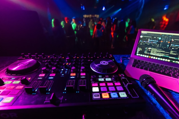Controlador de música dj en el stand en el fondo de la pista de baile Foto Premium