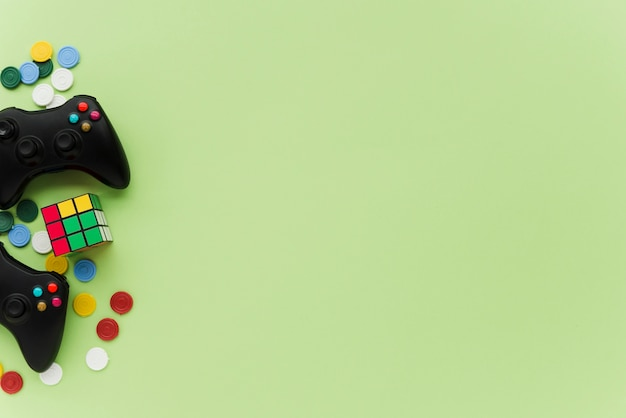 Controladores de vista superior sobre fondo verde Foto gratis