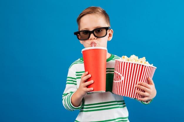 Cool boy en lentes preparándose para ver la película Foto gratis
