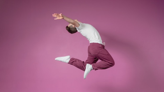 Cool break dancer saltando Foto Premium