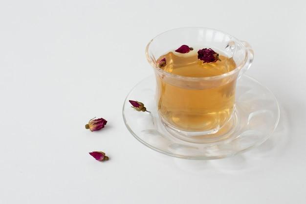Cop de té con flores secas Foto gratis