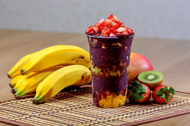 Copa açaí con topping de fresas - postre açaí brasileño Foto Premium
