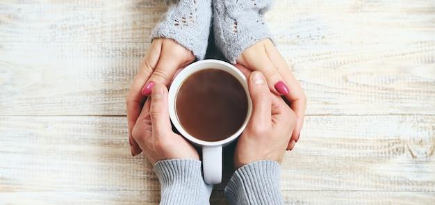 Copa bebida para el desayuno en manos de los amantes. Foto Premium