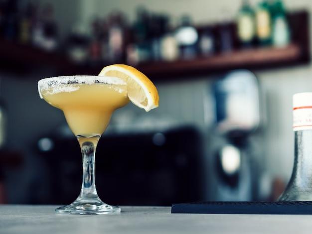 Copa de martini de bebida en la mesa Foto gratis