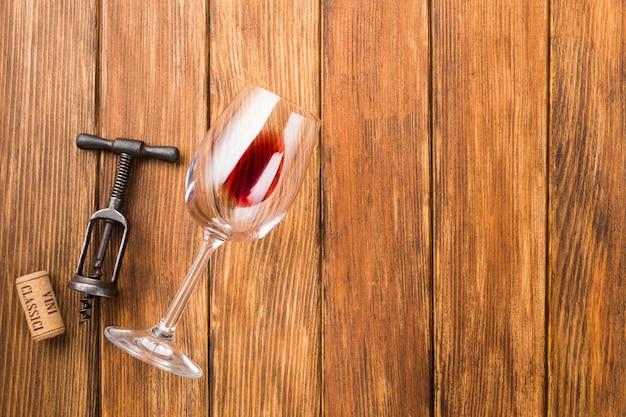 Copa de vino y sacacorchos copia espacio. Foto gratis