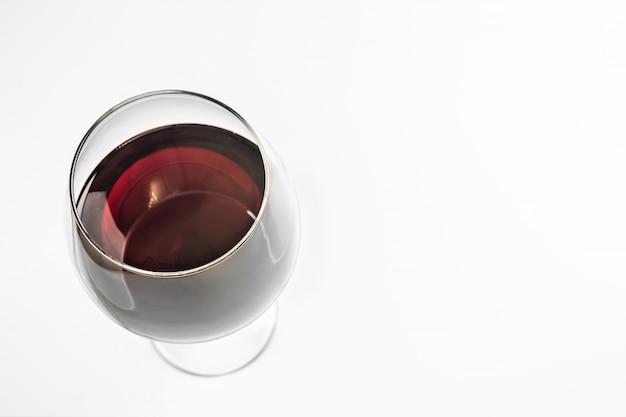 Copa de vino tinto, copia espacio, aislado. vino de esmeralda español en copa con un tallo alto. Foto Premium