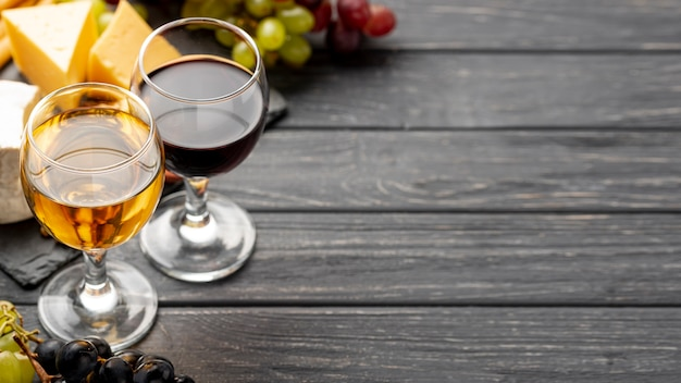 Copas de ángulo alto con vino con espacio de copia Foto gratis