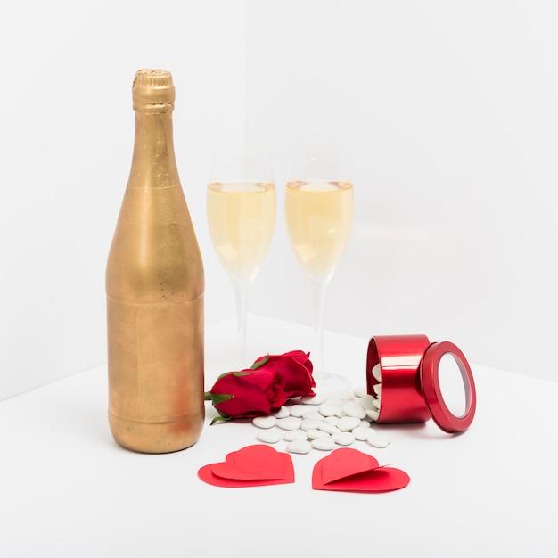 Copas de champán con corazones de papel. Foto gratis