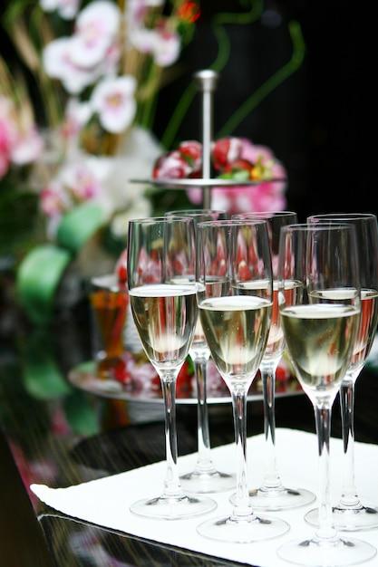 Copas de champán en la mesa Foto gratis