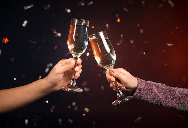 Copas de champaña tostadas en celebración Foto Premium
