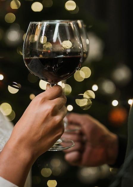 Copas de vino frente a pequeñas luces Foto gratis