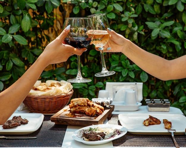 Copas de vino tinto y blanco Foto gratis
