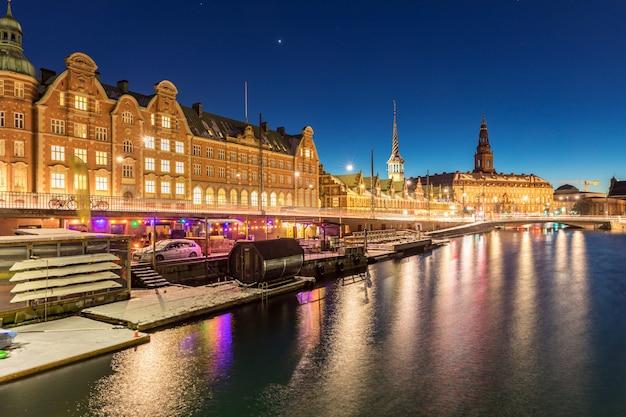 Copenhague dinamarca la noche | Foto Premium