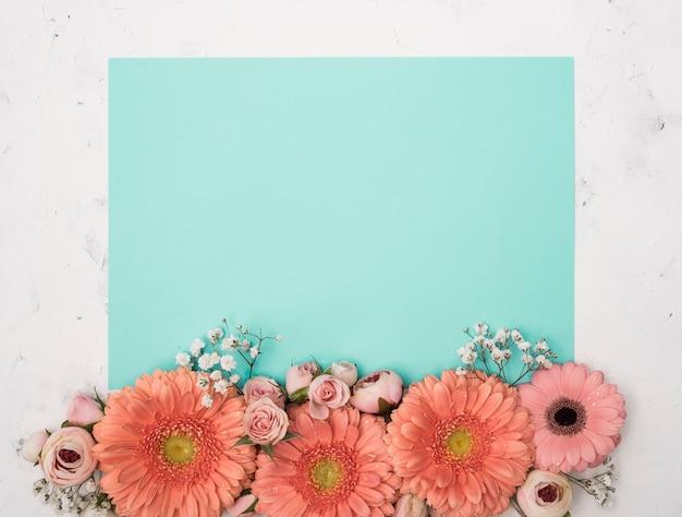 Copia azul espacio flores de primavera Foto gratis