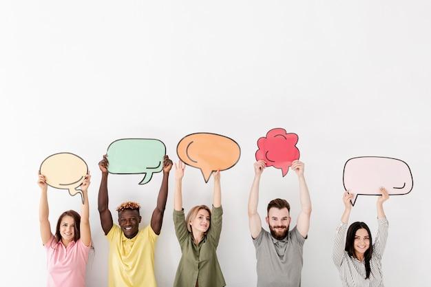 Copia espacio amigos sosteniendo en la burbuja de chat de aire Foto gratis