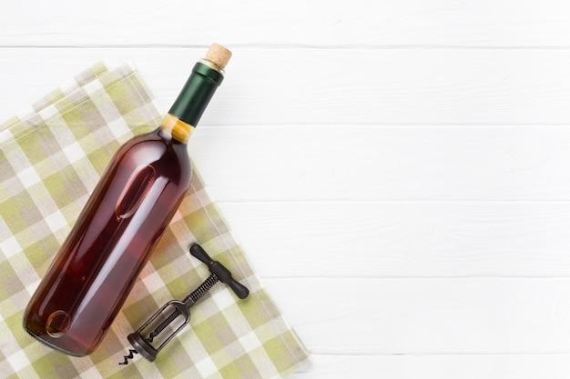 Copia espacio con una botella de vino tinto. Foto gratis