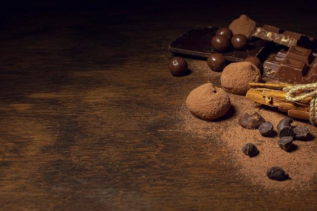 Copia espacio deliciosos bocadillos de chocolate. Foto Premium