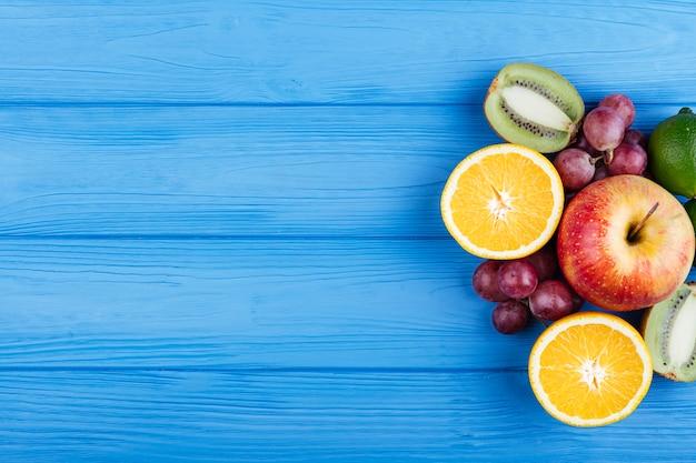 Copia espacio fondo de madera con frutas Foto gratis