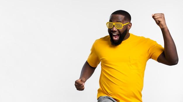 Copia-espacio hombre celebrando Foto gratis