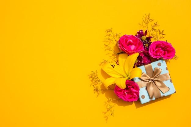Copia espacio lirio amarillo y regalo. Foto gratis