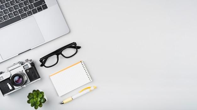 Copia espacio minimalista escritorio de diseño. Foto gratis