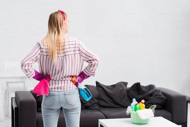 Copia espacio mujer preparada para limpiar Foto gratis